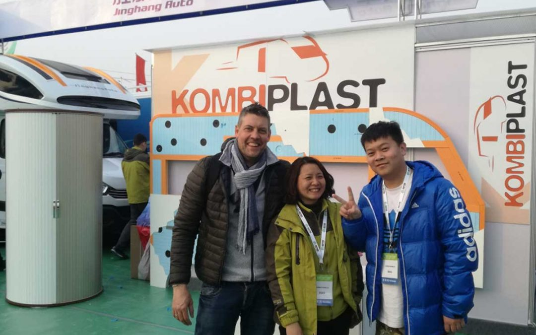 Komplast sbarca in Cina